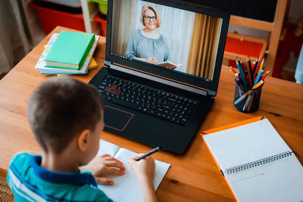 El trabajo abnegado de los profesores, en la distancia
